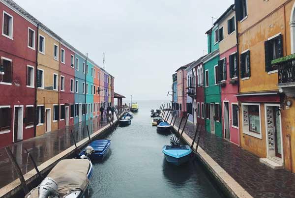 Canal_between_buildings